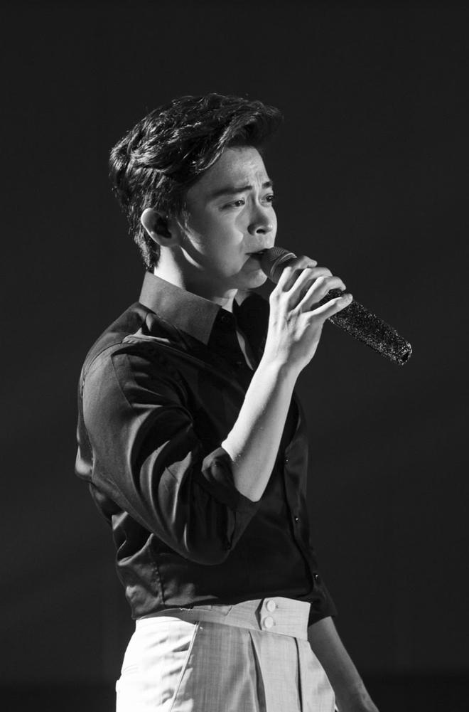 Uyên Linh nắm chặt tay Lân Nhã trong liveshow Chẳng phải tình cờ, cả bức tranh âm nhạc 10 năm được tái hiện chỉ bằng giọng hát - ảnh 9