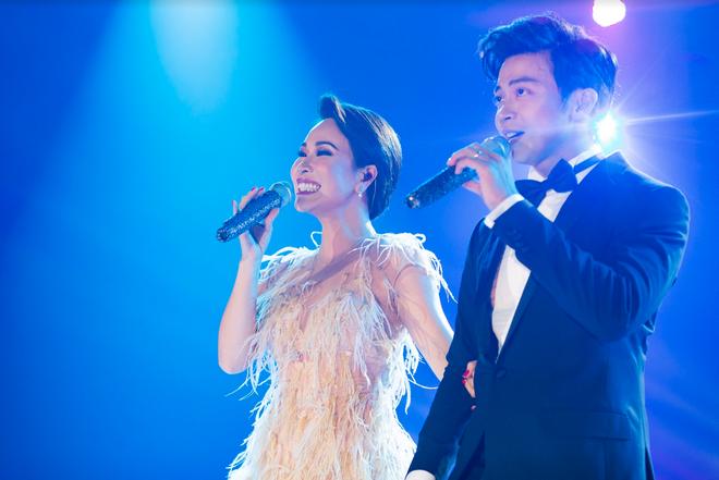 Uyên Linh nắm chặt tay Lân Nhã trong liveshow Chẳng phải tình cờ, cả bức tranh âm nhạc 10 năm được tái hiện chỉ bằng giọng hát - ảnh 3