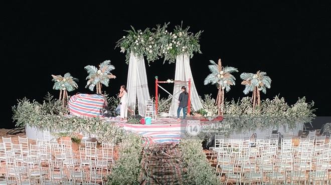 Đột nhập địa điểm diễn ra lễ cưới của Đông Nhi - Ông Cao Thắng: Hoa phủ kín, ánh sáng lên tạo không gian cổ tích giữa biển - ảnh 1