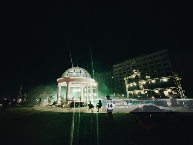Đột nhập địa điểm diễn ra lễ cưới của Đông Nhi - Ông Cao Thắng: Hoa phủ kín, ánh sáng lên tạo không gian cổ tích giữa biển - ảnh 4
