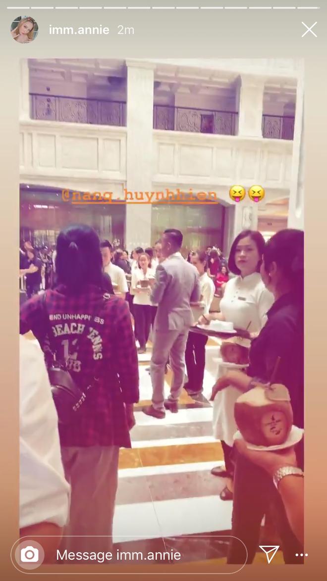 Vừa đặt chân đến Phú Quốc, chưa vội check in nhận phòng, dàn khách mời đi siêu đám cưới lại bình tĩnh ngồi uống... nước dừa - Ảnh 4.