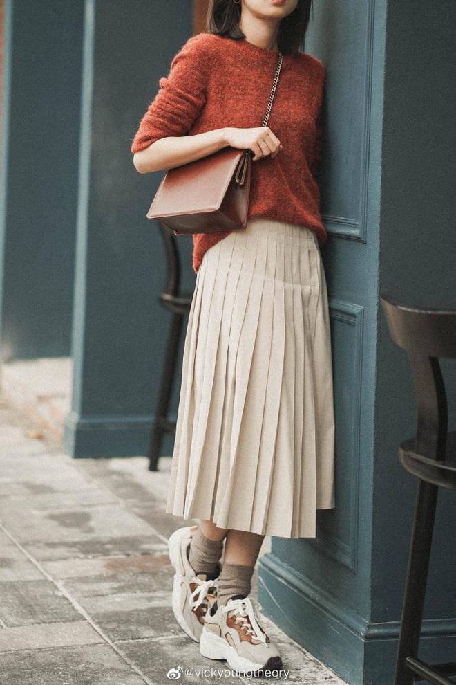 Cẩm nang mix&match cho 3 kiểu áo len trơn màu: Đơn giản thế nào cũng có cách diện thật nổi bật - ảnh 2