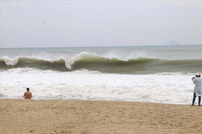 """Trước bão số 6: Kỳ lạ """"tường"""" cát cao gần 1m xuất hiện ở biển Nha Trang - ảnh 2"""