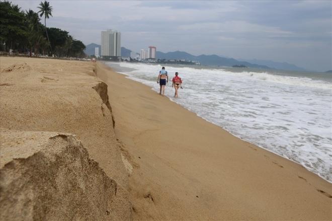 """Trước bão số 6: Kỳ lạ """"tường"""" cát cao gần 1m xuất hiện ở biển Nha Trang - ảnh 3"""