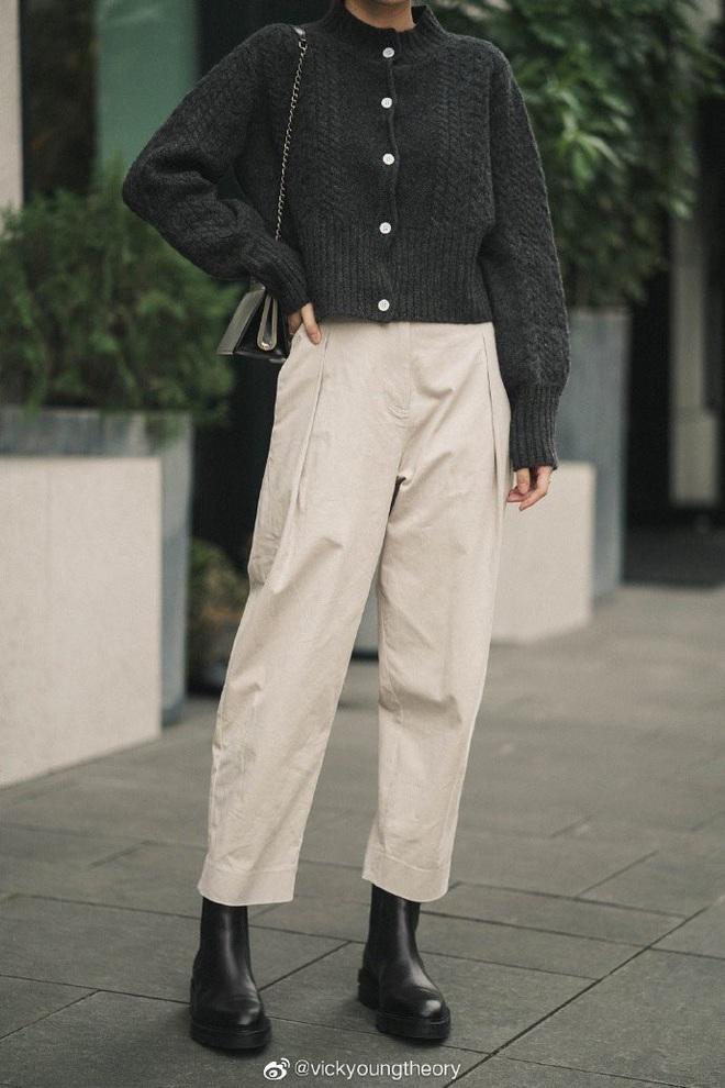 Cẩm nang mix&match cho 3 kiểu áo len trơn màu: Đơn giản thế nào cũng có cách diện thật nổi bật - ảnh 14