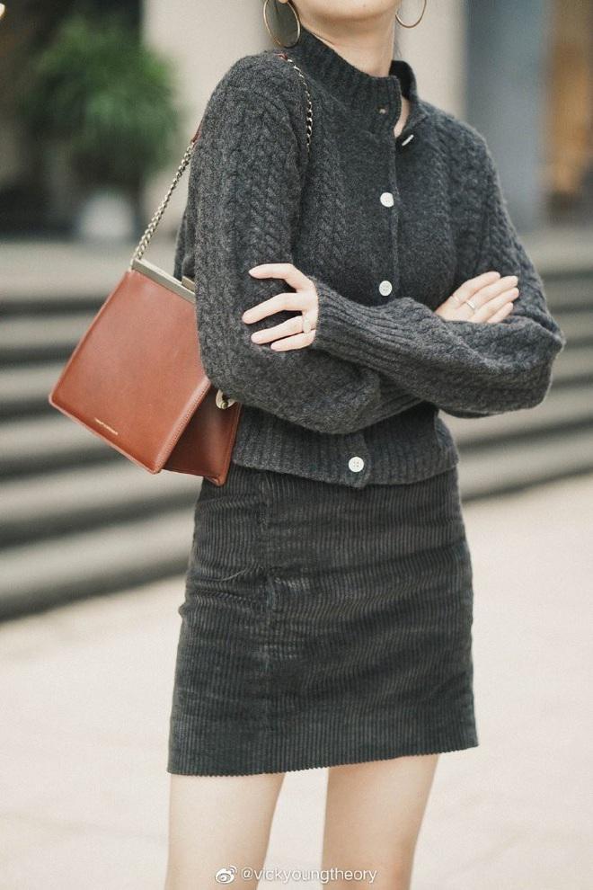 Cẩm nang mix&match cho 3 kiểu áo len trơn màu: Đơn giản thế nào cũng có cách diện thật nổi bật - ảnh 15
