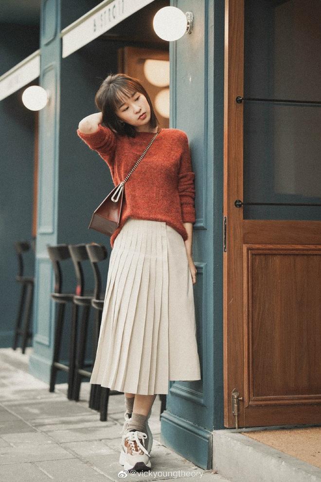 Cẩm nang mix&match cho 3 kiểu áo len trơn màu: Đơn giản thế nào cũng có cách diện thật nổi bật - ảnh 3