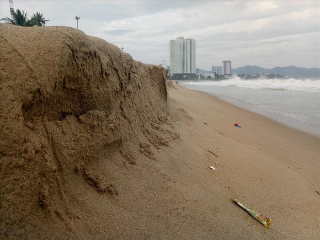 """Trước bão số 6: Kỳ lạ """"tường"""" cát cao gần 1m xuất hiện ở biển Nha Trang - ảnh 4"""