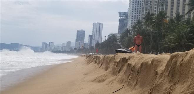"""Trước bão số 6: Kỳ lạ """"tường"""" cát cao gần 1m xuất hiện ở biển Nha Trang - ảnh 5"""