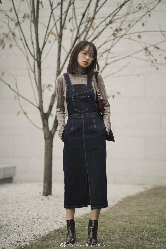 Cẩm nang mix&match cho 3 kiểu áo len trơn màu: Đơn giản thế nào cũng có cách diện thật nổi bật - ảnh 6