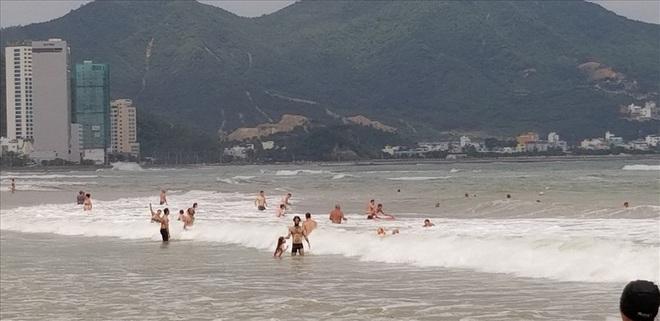 """Trước bão số 6: Kỳ lạ """"tường"""" cát cao gần 1m xuất hiện ở biển Nha Trang - ảnh 7"""
