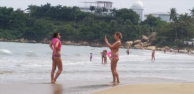 """Trước bão số 6: Kỳ lạ """"tường"""" cát cao gần 1m xuất hiện ở biển Nha Trang - ảnh 8"""