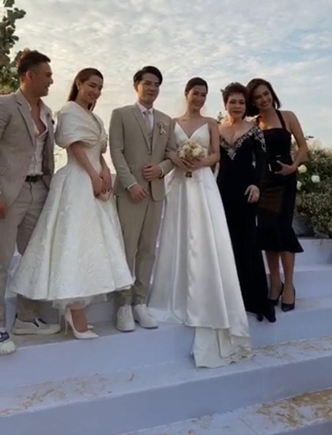 Cập nhật: 200 sao Việt xúng xính váy áo dự đám cưới đẹp như mơ của Đông Nhi - Ông Cao Thắng - ảnh 8