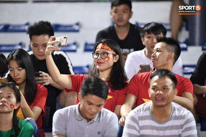 Nữ CĐV Việt Nam xinh đẹp, gương mặt giống người yêu Đoàn Văn Hậu đến sân cổ vũ U22 Việt Nam đấu U22 Indonesia - Ảnh 8.