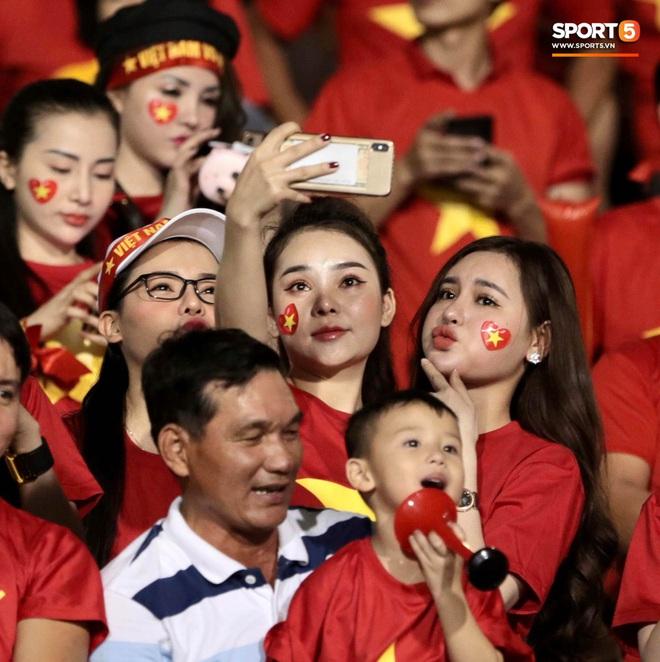Nữ CĐV Việt Nam xinh đẹp, gương mặt giống người yêu Đoàn Văn Hậu đến sân cổ vũ U22 Việt Nam đấu U22 Indonesia - Ảnh 2.