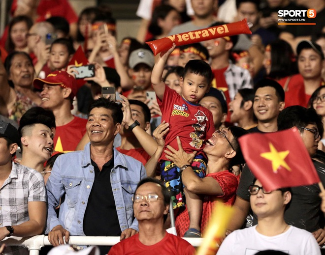Nữ CĐV Việt Nam xinh đẹp, gương mặt giống người yêu Đoàn Văn Hậu đến sân cổ vũ U22 Việt Nam đấu U22 Indonesia - Ảnh 9.