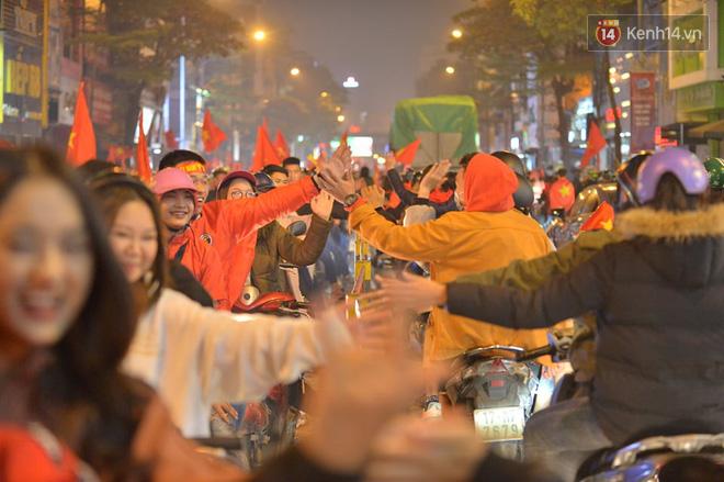 Sóng đỏ cuồn cuộn trên đường phố Hà Nội, lại một đêm người dân không ngủ mừng chiến thắng lịch sử của bóng đá Việt Nam - Ảnh 3.
