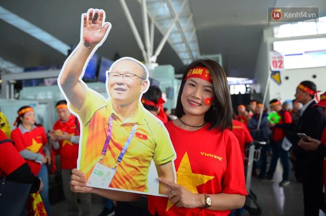 Hàng trăm CĐV nhuộm đỏ sân bay Nội Bài, lên đường sang Philippines tiếp lửa cho ĐT Việt Nam trong trận chung kết SEA Games 30 - ảnh 7