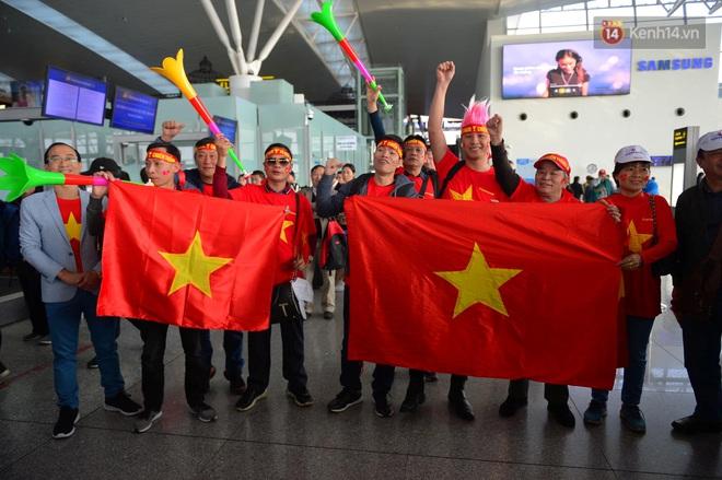 Hàng trăm CĐV nhuộm đỏ sân bay Nội Bài, lên đường sang Philippines tiếp lửa cho ĐT Việt Nam trong trận chung kết SEA Games 30 - ảnh 3