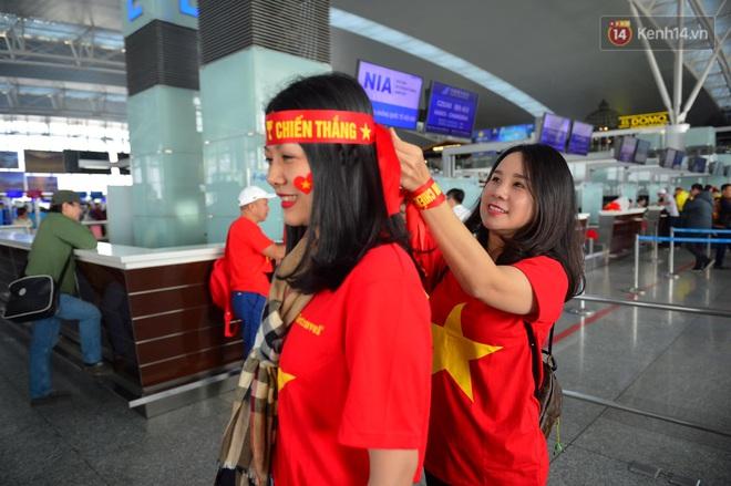 Hàng trăm CĐV nhuộm đỏ sân bay Nội Bài, lên đường sang Philippines tiếp lửa cho ĐT Việt Nam trong trận chung kết SEA Games 30 - ảnh 8