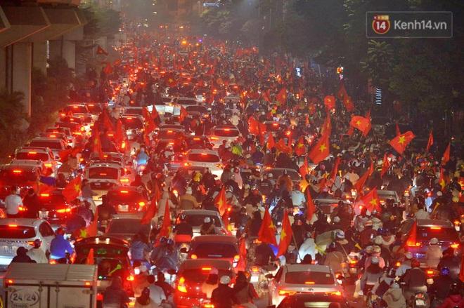 Sóng đỏ cuồn cuộn trên đường phố Hà Nội, lại một đêm người dân không ngủ mừng chiến thắng lịch sử của bóng đá Việt Nam - Ảnh 7.