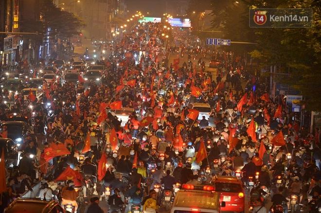 Sóng đỏ cuồn cuộn trên đường phố Hà Nội, lại một đêm người dân không ngủ mừng chiến thắng lịch sử của bóng đá Việt Nam - Ảnh 1.