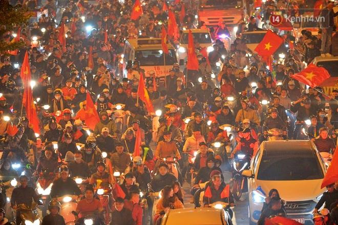 Sóng đỏ cuồn cuộn trên đường phố Hà Nội, lại một đêm người dân không ngủ mừng chiến thắng lịch sử của bóng đá Việt Nam - Ảnh 8.