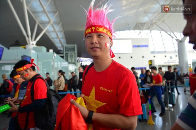 Hàng trăm CĐV nhuộm đỏ sân bay Nội Bài, lên đường sang Philippines tiếp lửa cho ĐT Việt Nam trong trận chung kết SEA Games 30 - ảnh 10