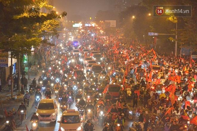 Sóng đỏ cuồn cuộn trên đường phố Hà Nội, lại một đêm người dân không ngủ mừng chiến thắng lịch sử của bóng đá Việt Nam - Ảnh 6.