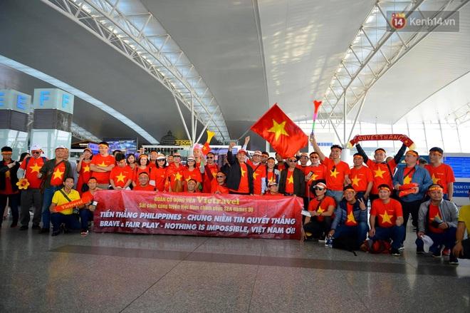 Hàng trăm CĐV nhuộm đỏ sân bay Nội Bài, lên đường sang Philippines tiếp lửa cho ĐT Việt Nam trong trận chung kết SEA Games 30 - ảnh 1