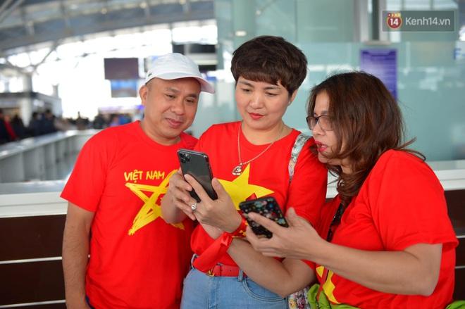 Hàng trăm CĐV nhuộm đỏ sân bay Nội Bài, lên đường sang Philippines tiếp lửa cho ĐT Việt Nam trong trận chung kết SEA Games 30 - ảnh 11