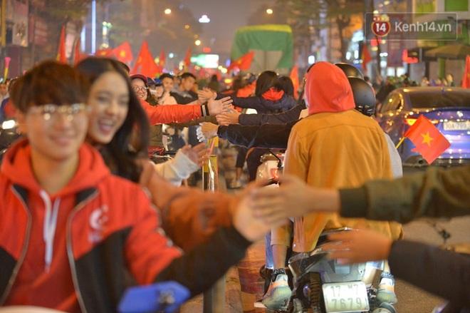 Sóng đỏ cuồn cuộn trên đường phố Hà Nội, lại một đêm người dân không ngủ mừng chiến thắng lịch sử của bóng đá Việt Nam - Ảnh 5.