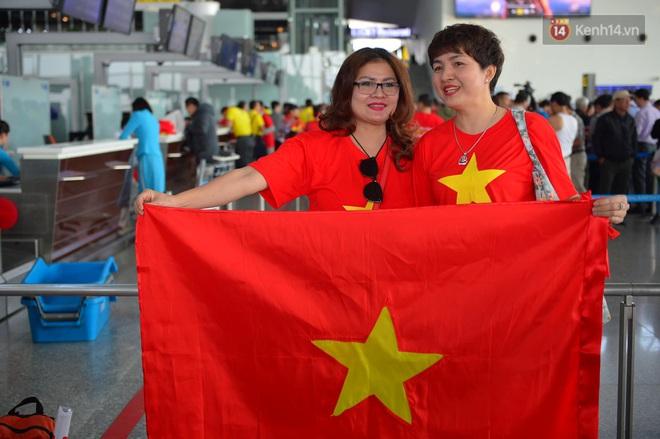 Hàng trăm CĐV nhuộm đỏ sân bay Nội Bài, lên đường sang Philippines tiếp lửa cho ĐT Việt Nam trong trận chung kết SEA Games 30 - ảnh 6