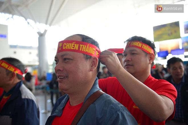 Hàng trăm CĐV nhuộm đỏ sân bay Nội Bài, lên đường sang Philippines tiếp lửa cho ĐT Việt Nam trong trận chung kết SEA Games 30 - ảnh 9
