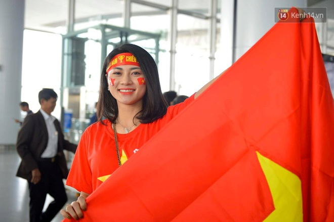 Hàng trăm CĐV nhuộm đỏ sân bay Nội Bài, lên đường sang Philippines tiếp lửa cho ĐT Việt Nam trong trận chung kết SEA Games 30 - ảnh 5