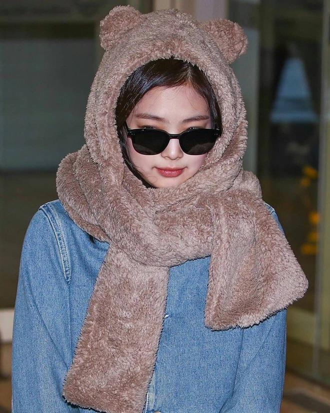 Cùng một chiếc áo khoác 30 triệu VNĐ: Jennie lúc cute xỉu lúc cool ngầu, Địch Lệ Nhiệt Ba lại bánh bèo hết sức - ảnh 4