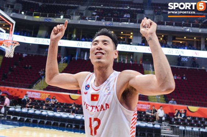 Chùm ảnh: Bật tung cảm xúc khi bóng rổ Việt Nam lần đầu giành tấm huy chương đồng tại SEA Games - ảnh 3