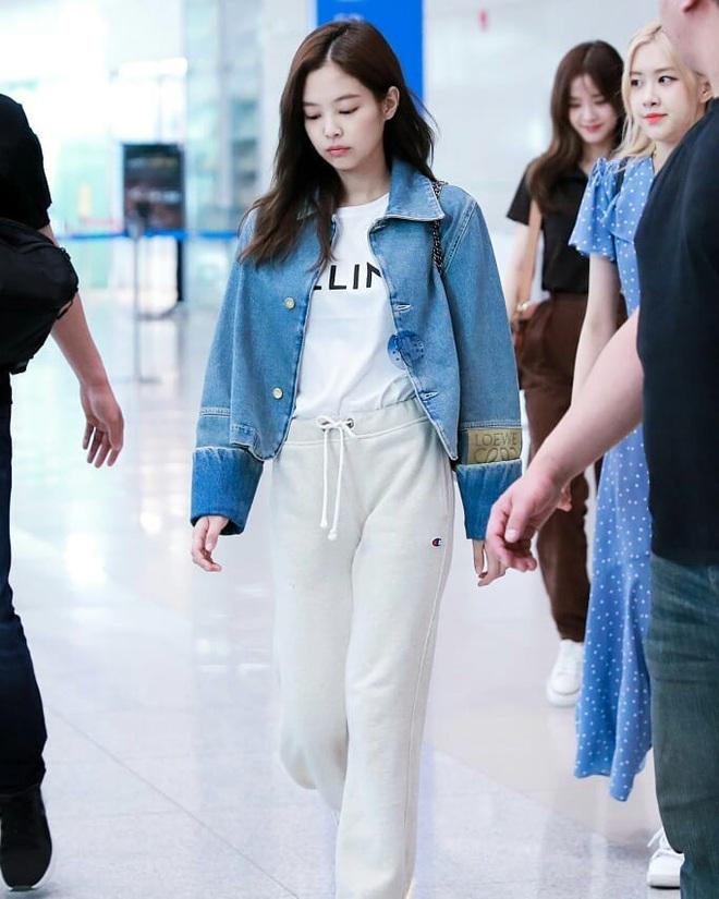 Cùng một chiếc áo khoác 30 triệu VNĐ: Jennie lúc cute xỉu lúc cool ngầu, Địch Lệ Nhiệt Ba lại bánh bèo hết sức - ảnh 5