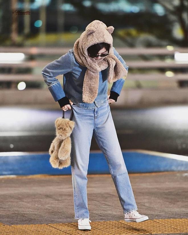 Cùng một chiếc áo khoác 30 triệu VNĐ: Jennie lúc cute xỉu lúc cool ngầu, Địch Lệ Nhiệt Ba lại bánh bèo hết sức - ảnh 2