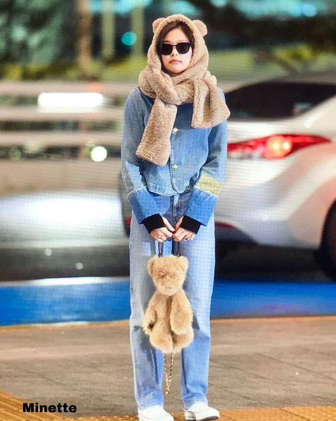 Cùng một chiếc áo khoác 30 triệu VNĐ: Jennie lúc cute xỉu lúc cool ngầu, Địch Lệ Nhiệt Ba lại bánh bèo hết sức - ảnh 1