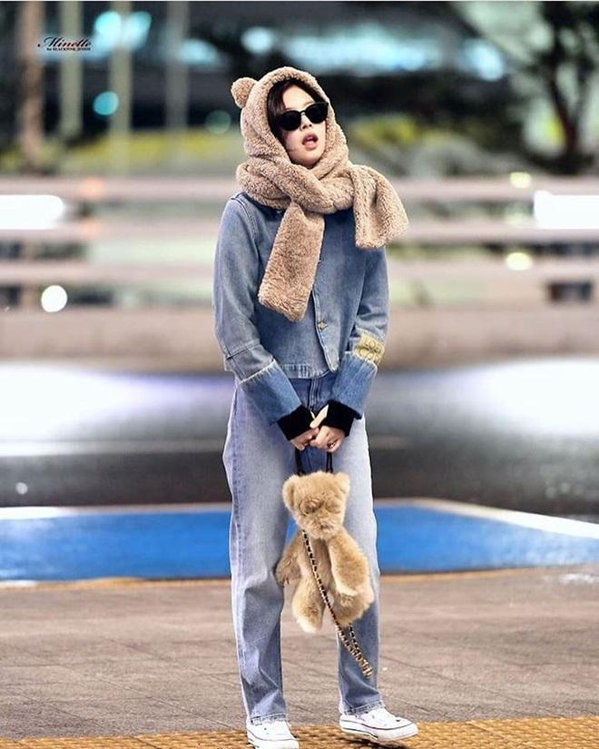 Cùng một chiếc áo khoác 30 triệu VNĐ: Jennie lúc cute xỉu lúc cool ngầu, Địch Lệ Nhiệt Ba lại bánh bèo hết sức - ảnh 3