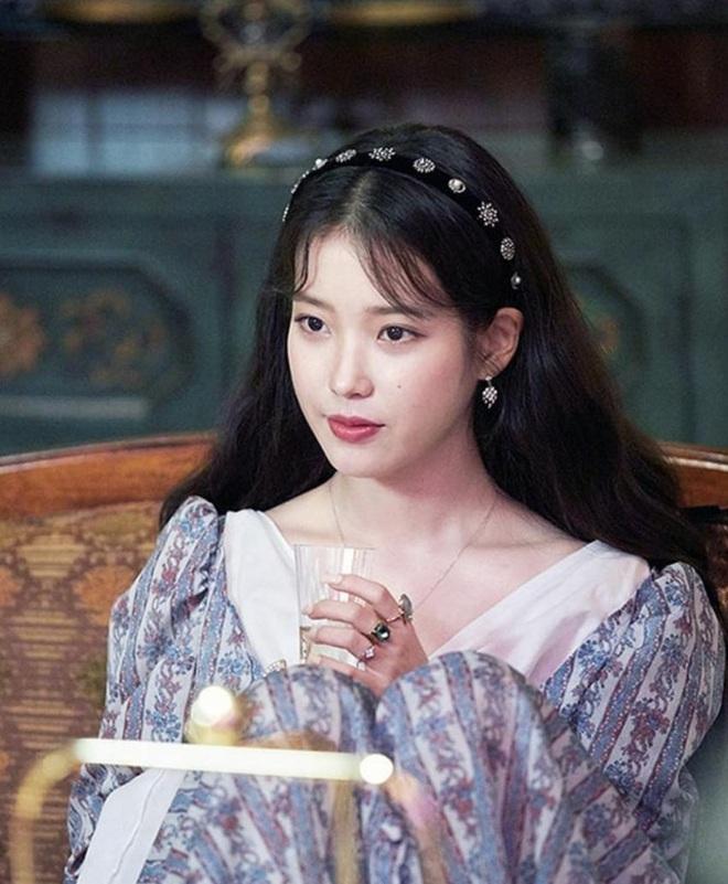 """Từ Jennie, Jessica đến Hà Tăng đều đang diện bờm nhung, đây chính là món phụ kiện """"chanh sả"""" bạn cần sắm nhất Đông này - ảnh 4"""