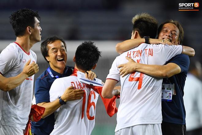 Cầu thủ U22 Việt Nam bật khóc, ôm chặt để tri ân những người thầm lặng, chẳng ai để ý tới - ảnh 6