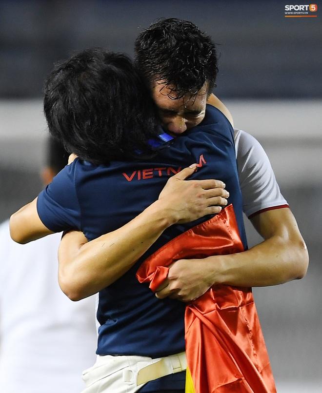 Cầu thủ U22 Việt Nam bật khóc, ôm chặt để tri ân những người thầm lặng, chẳng ai để ý tới - ảnh 2