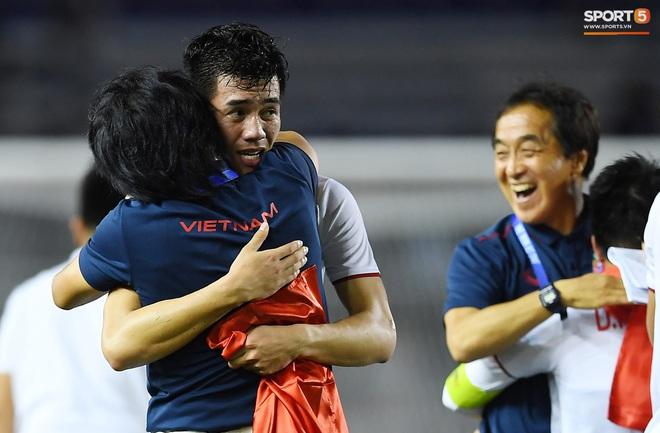 Cầu thủ U22 Việt Nam bật khóc, ôm chặt để tri ân những người thầm lặng, chẳng ai để ý tới - ảnh 3