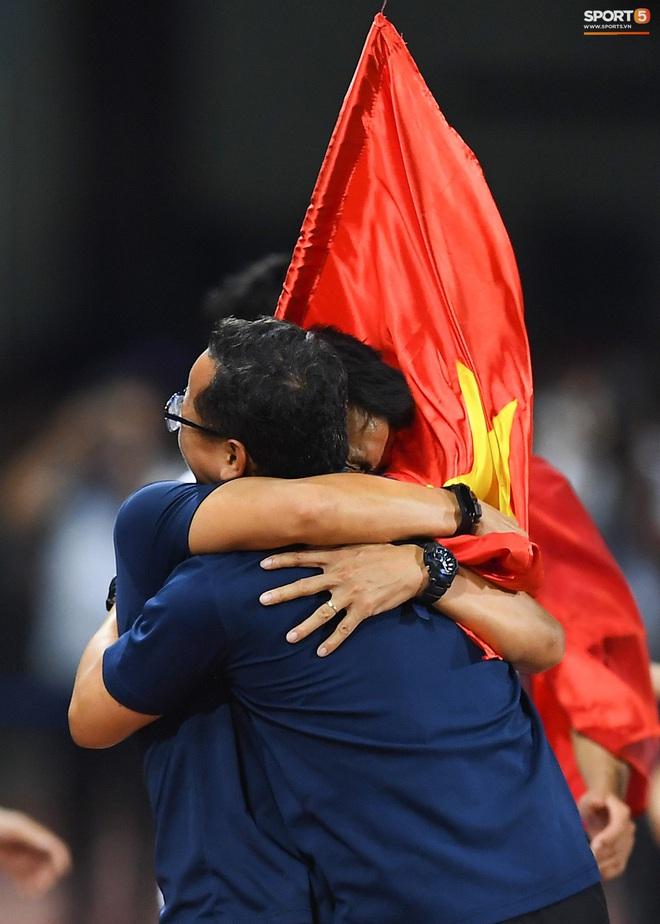 Cầu thủ U22 Việt Nam bật khóc, ôm chặt để tri ân những người thầm lặng, chẳng ai để ý tới - ảnh 11