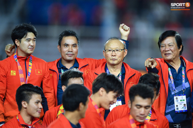 Cầu thủ U22 Việt Nam bật khóc, ôm chặt để tri ân những người thầm lặng, chẳng ai để ý tới - ảnh 12