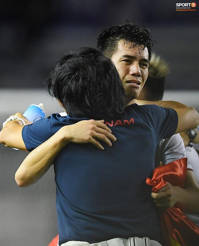 Cầu thủ U22 Việt Nam bật khóc, ôm chặt để tri ân những người thầm lặng, chẳng ai để ý tới - ảnh 1
