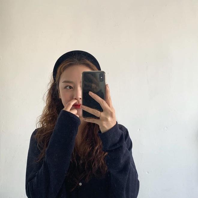 """Từ Jennie, Jessica đến Hà Tăng đều đang diện bờm nhung, đây chính là món phụ kiện """"chanh sả"""" bạn cần sắm nhất Đông này - ảnh 15"""