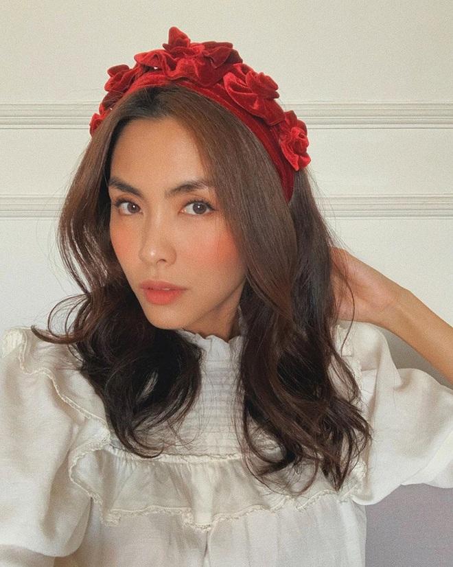 """Từ Jennie, Jessica đến Hà Tăng đều đang diện bờm nhung, đây chính là món phụ kiện """"chanh sả"""" bạn cần sắm nhất Đông này - ảnh 6"""